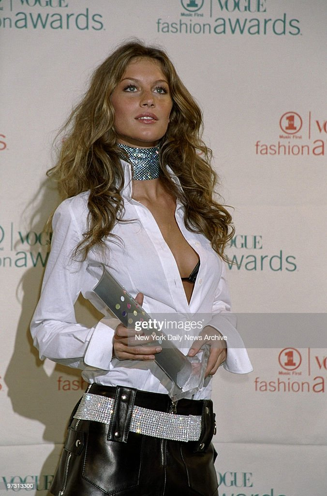 Gisele Bundchen with her 'Model of the Year' award at the VH : News Photo