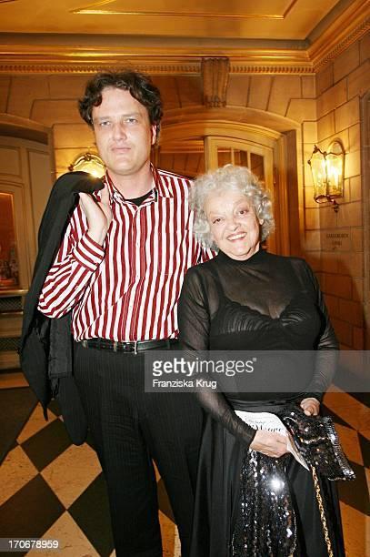 Gisell Vesco Und Enkel Dr Frank Seidel Bei Der Premiere Zu Die Lustige Witwe Am 140606 In Der Staatsoper In Berlin