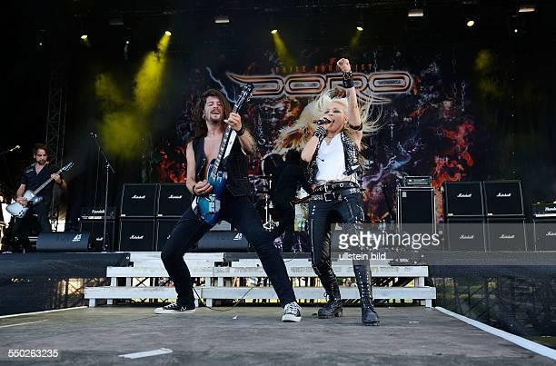 Gitarrist Bas Maas und Sängerin Doro Pesch während des Rock Of AgesFestivals in Seebronn