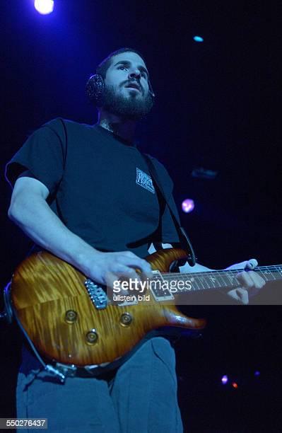 Gitarrist Brad Delson anlässlich eines Konzertes in der Berliner Arena