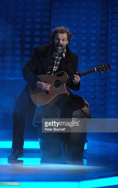 """Gitarrist der Musikgruppe """"Santiano"""", ZDF-Musikshow """"Willkommen bei Carmen Nebel"""", ; VB-Arena, Bremen, Deutschland, Europa, Auftritt, Bühne, Gitarre,..."""
