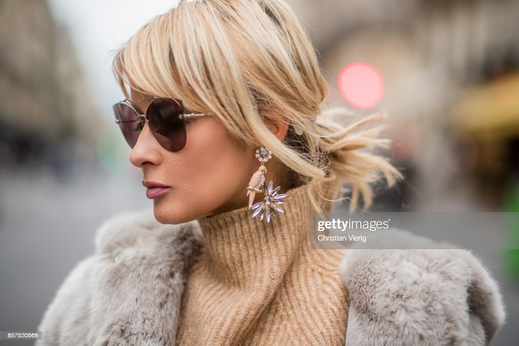 Street Style : Paris Fashion Week Womenswear Spring/Summer 2018 : Day Seven : Photo d'actualité