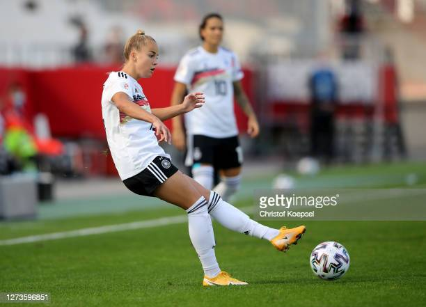 Giulia Gwinn of Germany runs with the ball during the UEFA Women's EURO 2022 Qualifier match between Germany and Ireland at Stadion Essen on...