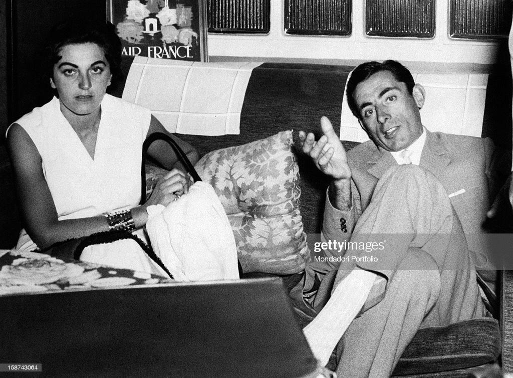 Giulia Occhini and Fausto Coppi sitting on a sofa : News Photo