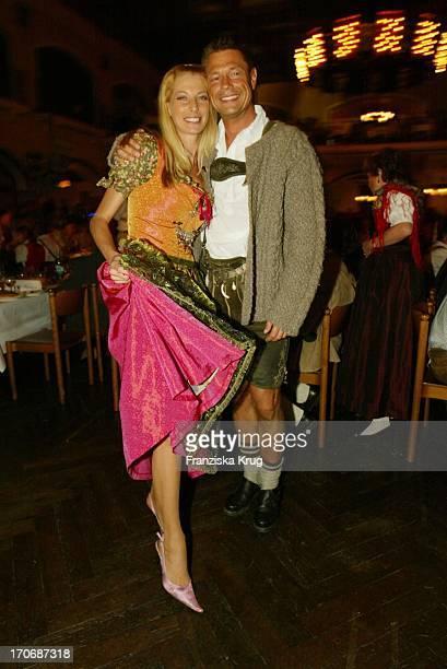 Giulia Siegel Und Ehemann Hans Wehrmann Beim Finale Zur Kür Des Trachtenstar 2003 Und Der Wies'N Auftaktparty Im Löwenbräukeller
