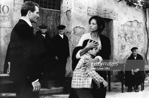 Giuliano Gemma et Claudia Cardinale sur le tournage du film 'Il prefetto di ferro' réalisé par le cinéaste italien Pasquale Squitieri le 24 juin 1977...