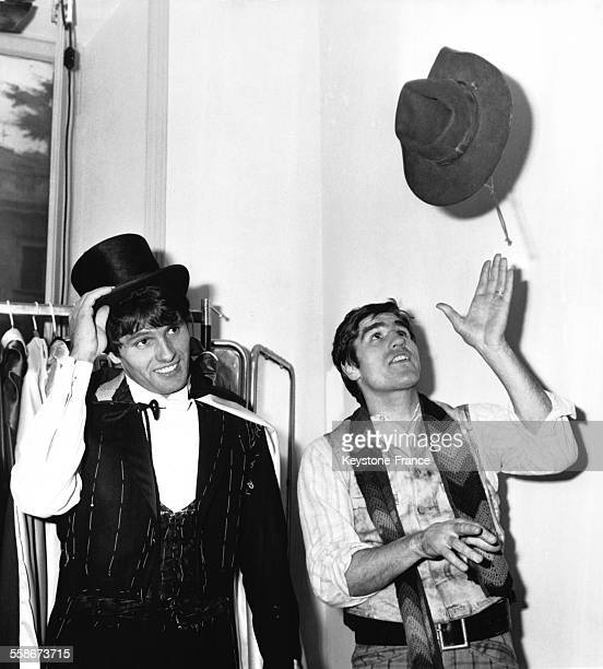 Giuliano Gemma et Nino Benvenuti essayant des costumes de western pour leur prochain film en Italie le 14 janvier 1969
