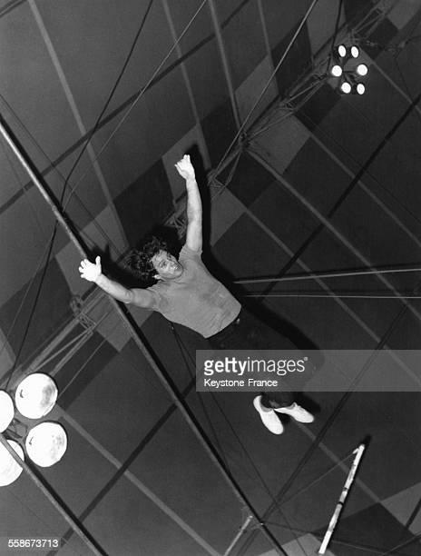 Giuliano Gemma faisant du trapèze lors de la venue d'un cirque américain à Rome Italie le 18 janvier 1970