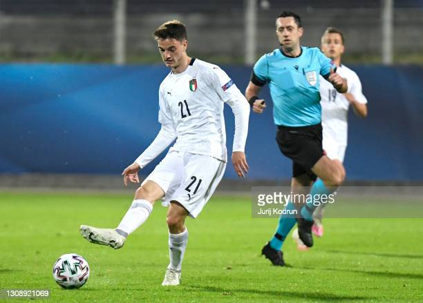 Giulio Maggiore of Italy runs with the ball during the 2021 UEFA European Under-21 Championship Group B match between Czech Republic and Italy at...