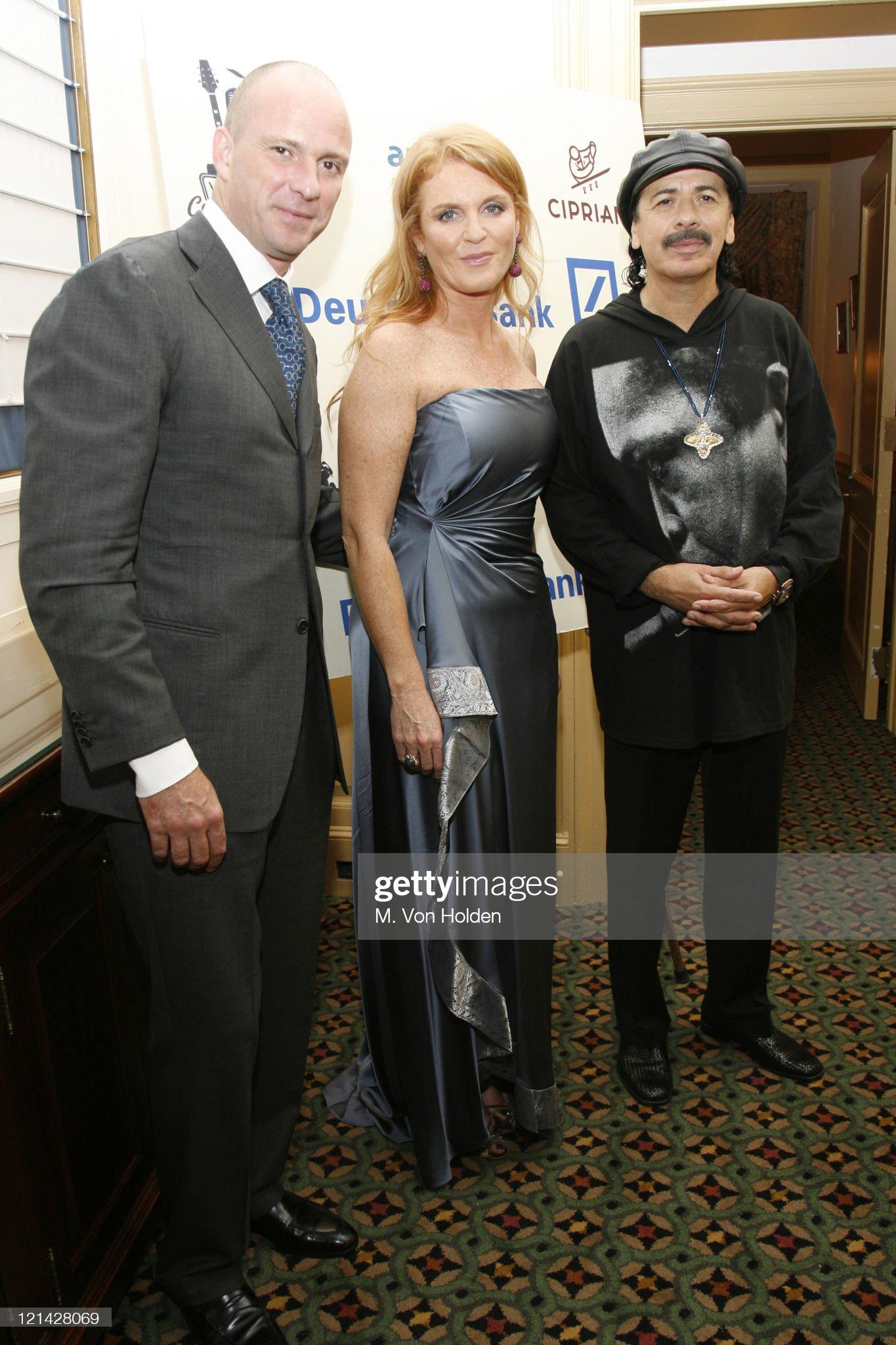 Вечерние наряды Отем пока еще Филлипс и Сары Йоркской Carlos Santana Backstage Photo Op for the Cipriani/Deutsche Bank Concert Series : News Photo