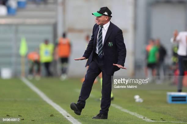 Giuseppe Iachini head coach of US Sassuolo Calcio gestures during the serie A match between US Sassuolo and ACF Fiorentina at Mapei Stadium Citta'...