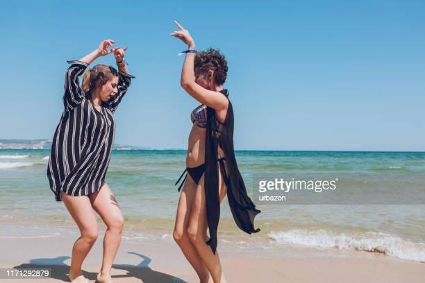cédez au rythme - danse latine photos et images de collection