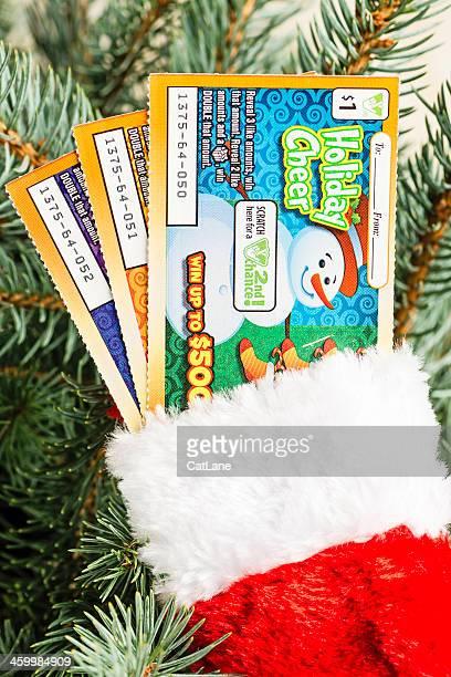 dar los regalos de billete de lotería - artículos de lotería fotografías e imágenes de stock