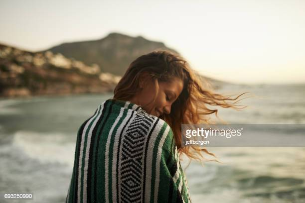 entregar al hechizo del mar - mujer de espaldas en paisaje fotografías e imágenes de stock