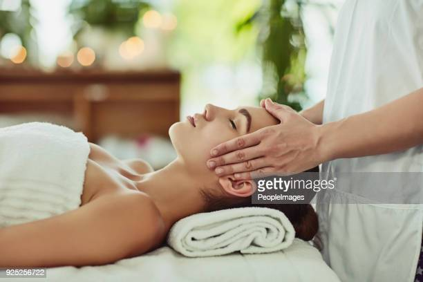 give yourself the gift of relaxation - massaggi foto e immagini stock