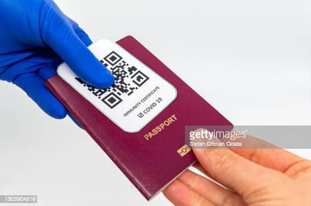 giving back the passport and immunity certificate - pase fotografías e imágenes de stock
