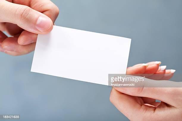 Cartão de visita em branco dando
