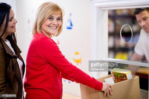 Dando comida en banco de alimentos
