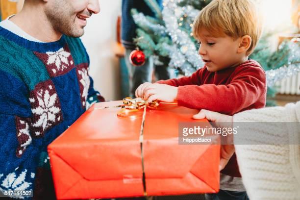 Dar regalos para la Navidad
