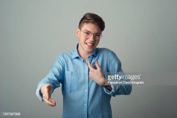 giving handshake - gestikulera bildbanksfoton och bilder