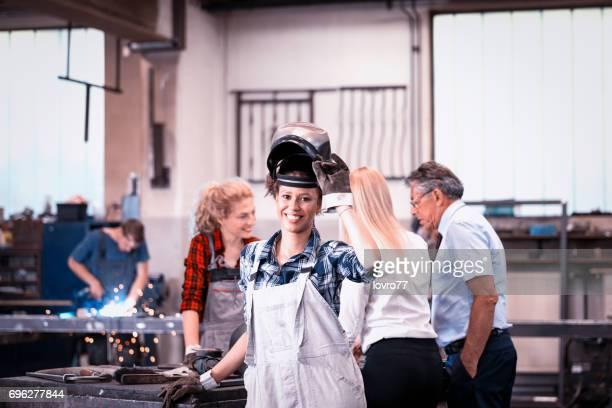 Geven van instructies in een ijzer-workshop