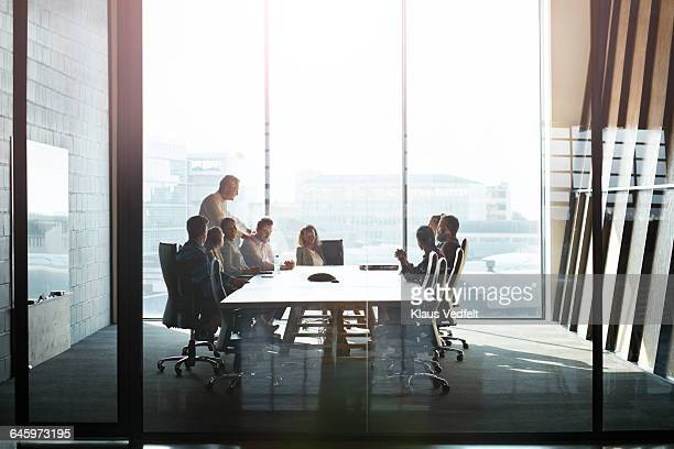 ceo giving peptalk to businesspeople at meeting - zakenbijeenkomst stockfoto's en -beelden