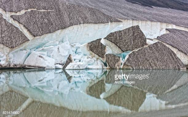 glacial ice and reflections in melted water, iceland - fimmvorduhals volcano stockfoto's en -beelden