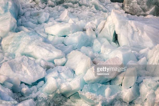glacial ice washed ashore - romper el hielo fotografías e imágenes de stock