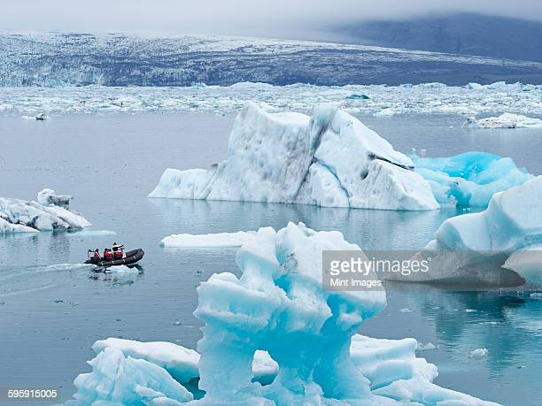 glacial lake at the head of the breidamerkurjokull glacier, created after the glacier started receding from the edge of the atlantic ocean.  - glacier lagoon stock photos and pictures