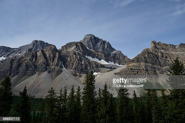 glacial mountains beside bow lake in banff national park, alberta, canada - bow valley stock pictures, royalty-free photos & images