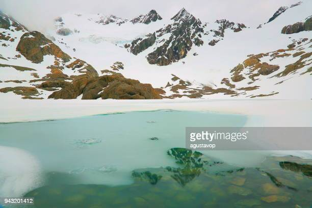 glaciar y lago congelado reflexión, paisaje de los andes - tierra del fuego, argentina - laguna fotografías e imágenes de stock