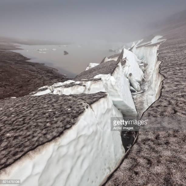 glacier covered with ash, iceland - fimmvorduhals volcano stockfoto's en -beelden