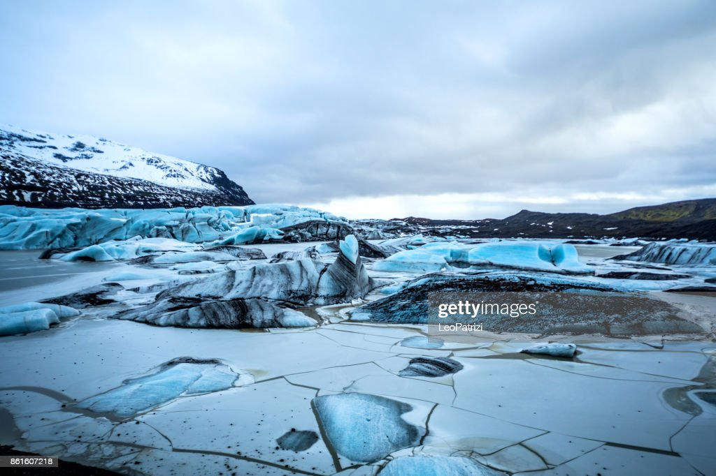 Gletscher in Island - Blaue Eisberge schwimmen in der Lagune : Stock-Foto