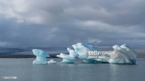 glacier lagoon of joekulsarlon in front of the glaciers of vatnajoekull, joekulsarlon, southwest coast, iceland - austurland stock-fotos und bilder