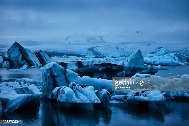 劇的な空と氷河ラグーン - バトナ氷河 ストックフォトと画像
