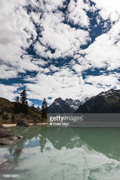glacier lake yihun lhatso - didier marti stock-fotos und bilder