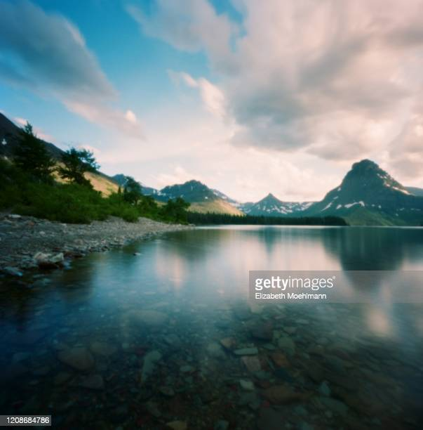 glacier national park lake - lago two medicine montana - fotografias e filmes do acervo