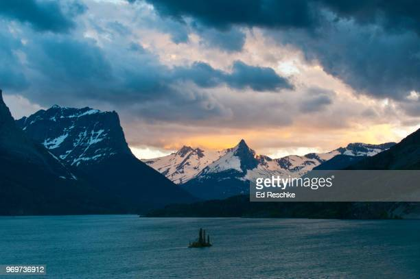 glacier national park near sunset--saint mary lake and wild goose island - ed reschke photography stock photos and pictures