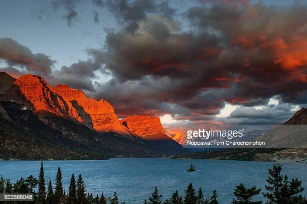 glacier national park, usa - stimmungsvoller himmel stock-fotos und bilder