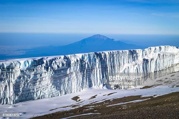 glacier wall near mt kilimanjaro summit, tanzania, and mt meru in background - meru filme stock-fotos und bilder