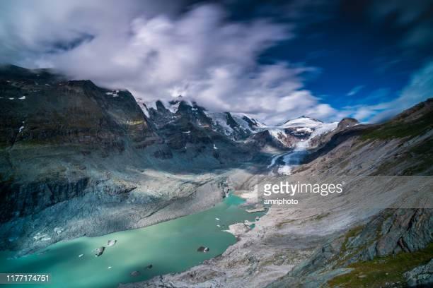 気候変動の影響を示すオーストリアの山々のラグーンとペーストを持つ氷河 - 氷河湖 ストックフォトと画像