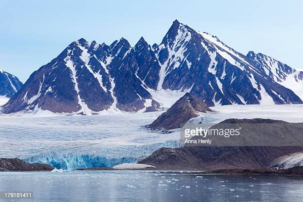 glaciers tumble into the sea in the arctic - スヴァールバル諸島 ストックフォトと画像