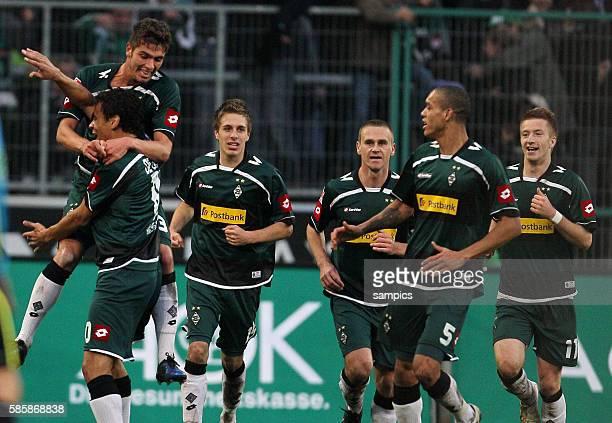 Gladbacher Torjubel nach dem 3:2 von Igor de Camargo , Roman Neustädter springt auf ihn Fussball Bundesliga : Borussia Mönchengladbach - FC Bayern...
