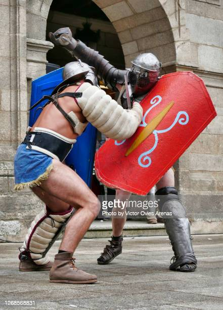 gladiators fighting in the main square of lugo during the arde lucus roman reenactment festival - victor ovies fotografías e imágenes de stock