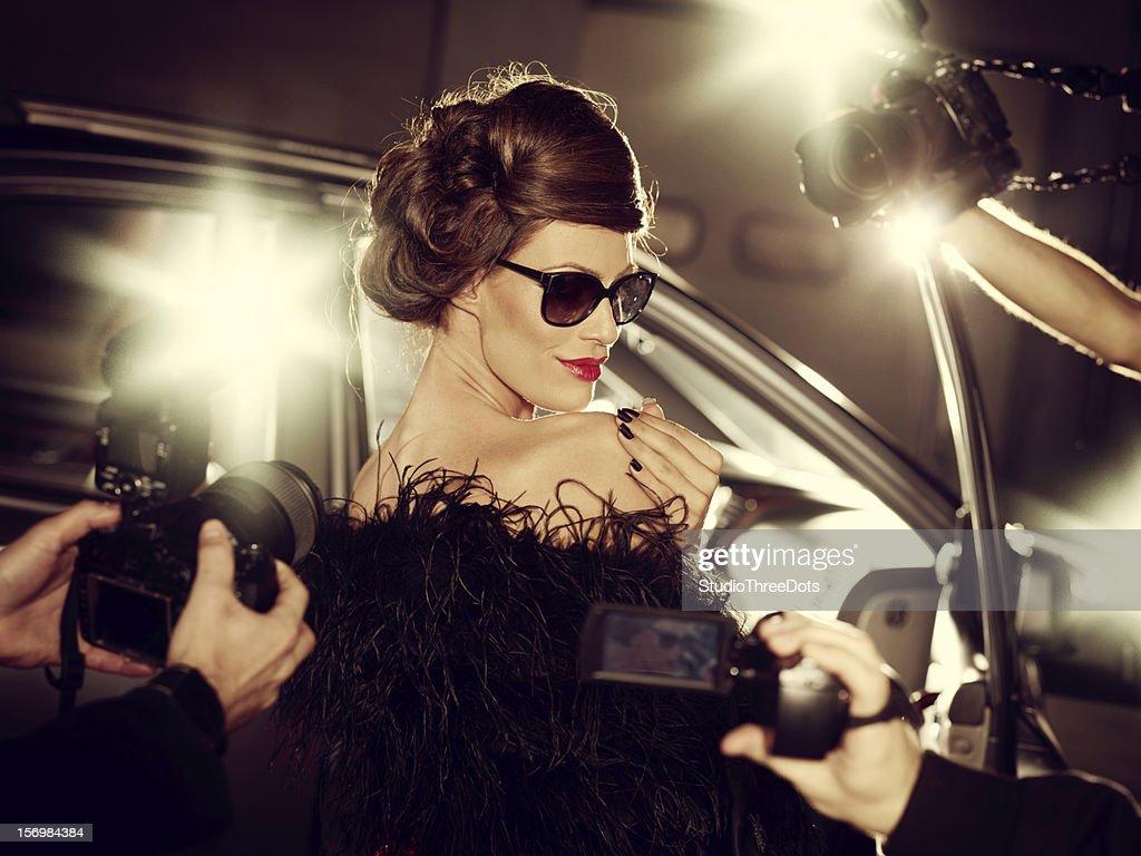 Glamour femme de célébrité entouré de Paparazzi photographes