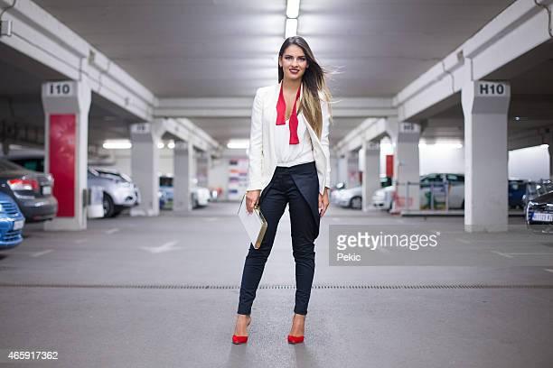 Glamouröse Mädchen posieren in der garage