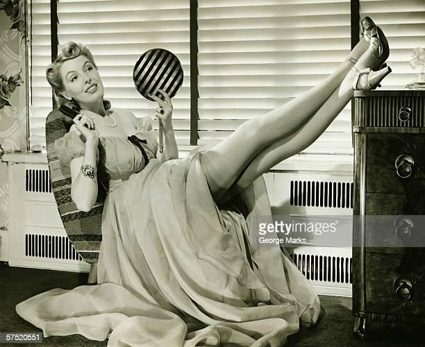 Glamorosa mulher de Vestido de noite segurando Espelho de Mão