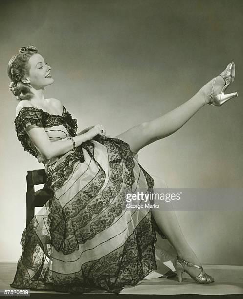 glamorous woman in evening gown showing leg, portrait, (b&w) - silhueta de corpo feminino preto e branco imagens e fotografias de stock