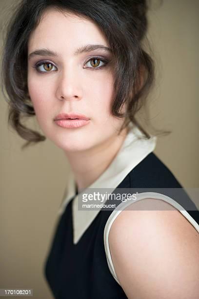 Glamour portrait von real Frau in ihren goldenen, vertikal