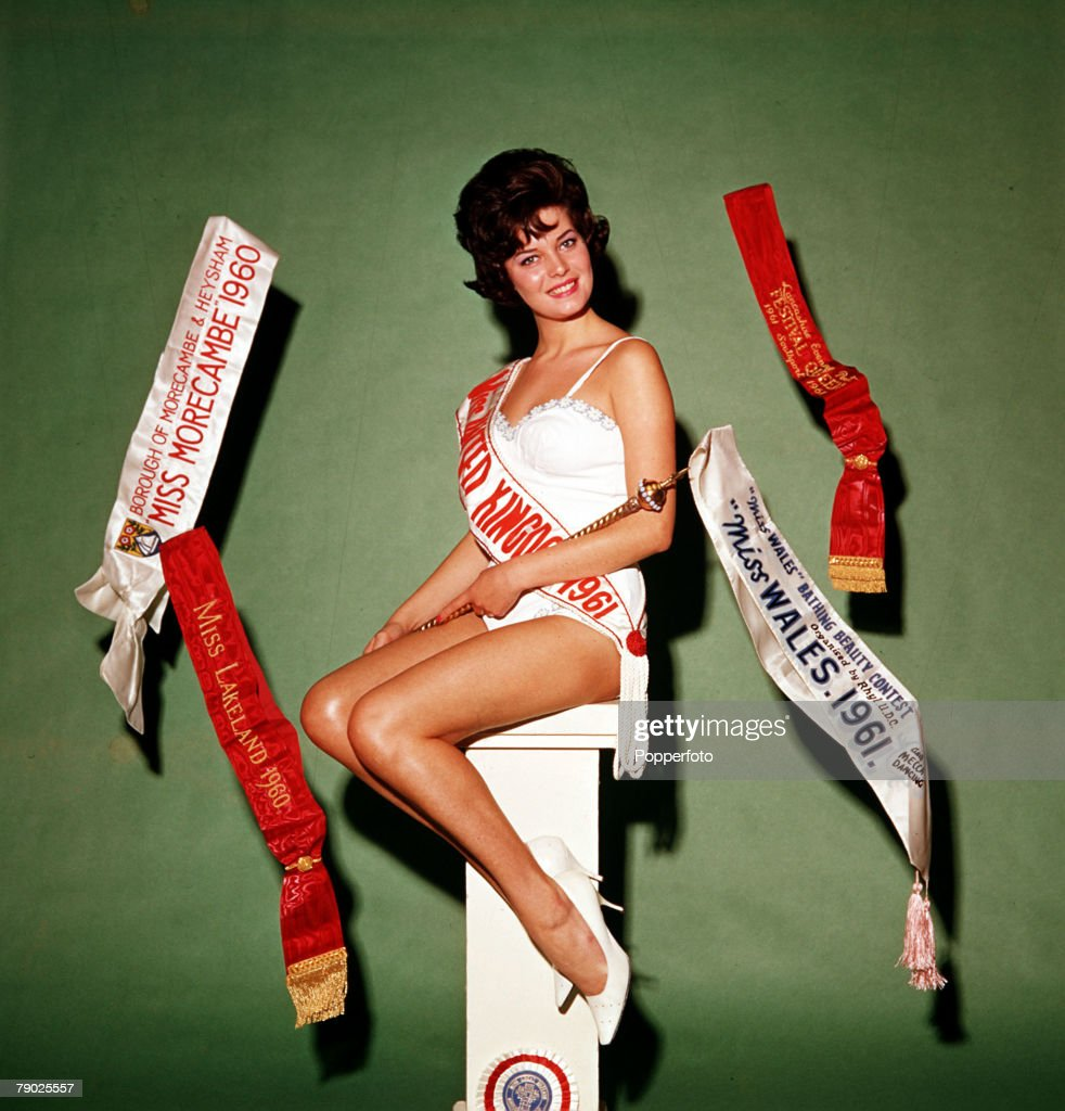 Glamour. Rosemarie Frankland, an 18 year old Lancashire girl, with a 36-22-36 figure, crowned Miss United Kingdom, she went on the win the 1961 Miss World title. Pic: 1961 : ニュース写真